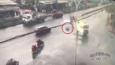 Phanh xe gấp trên đường trơn, người đàn ông lao vào gầm container