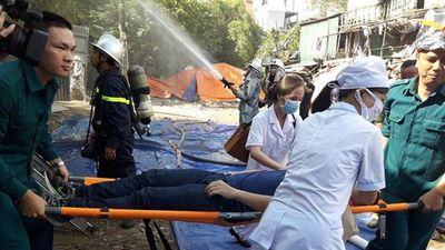 Xem cứu người mắc kẹt tại buổi diễn tập chữa cháy trong nhà tạm ở phường Đội Cấn