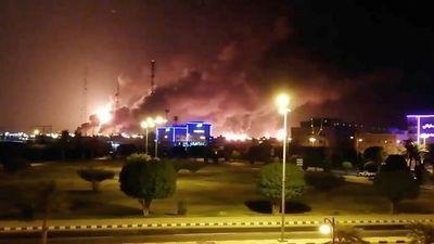 'Đám mây' khói bốc lên cuồn cuộn sau vụ tấn công ở Saudi Arabia