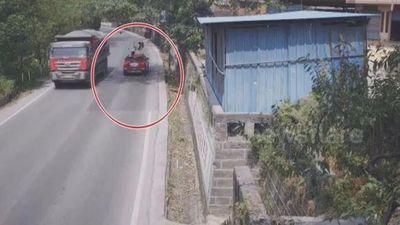 Phóng nhanh khi vào cua, xe máy lao thẳng vào đầu ô tô