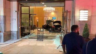 Lái xe đâm sầm vào sảnh Trump Plaza rồi 'ngồi chơi xơi nước'