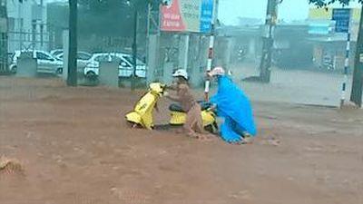 Đường phố Buôn Mê Thuột biến thành thác nước sau mưa lớn
