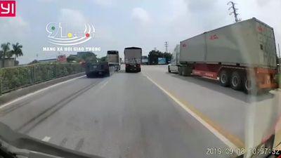 Clip: Xe container phanh cháy lốp tránh tai nạn thảm khốc trước 'ninja lead' đi ngược chiều