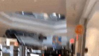 Ôtô ngang nhiên chạy trong trung tâm thương mại Mỹ