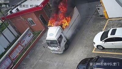 Xe tải bất ngờ bốc cháy, tài xế nhanh trí lái vào trạm cứu hỏa