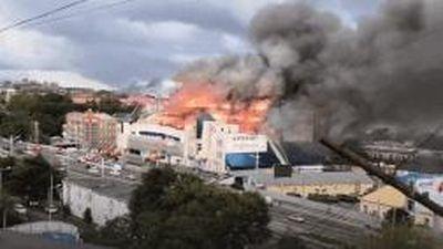 Trung tâm mua sắm lớn của Nga bốc cháy dữ dội