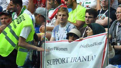 Đấu tranh để được vào sân xem bóng đá, phụ nữ Iran đã 'ghi bàn'