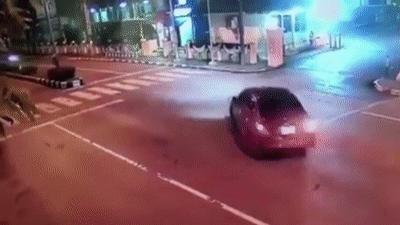 Đâm trực diện ôtô rẽ phải với tốc độ cao, lái xe máy bị hất lên trời