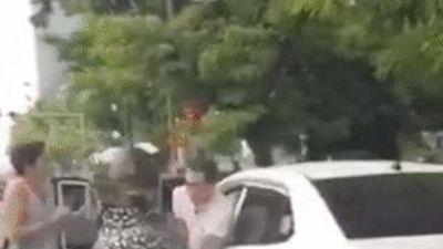 Cảnh 2 người đi xe máy lao vào đánh tài xế ôtô sau va chạm