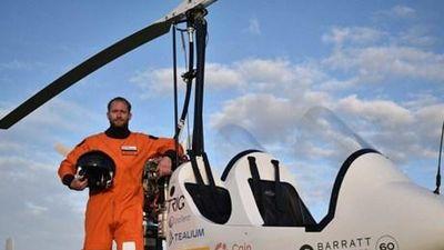 Người đầu tiên lái gyrocopter bay vòng quanh thế giới
