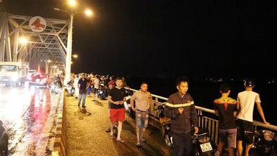 Cảnh sát hạ thuyền tìm thanh niên nghi nhảy cầu Bến Thủy