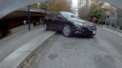Tài xế đạp nhầm chân ga, ôtô lùi hết tốc độ rồi lật ngửa
