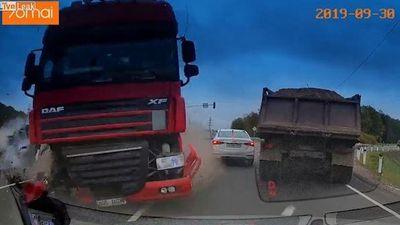 Vượt đèn đỏ với tốc độ cao, xe container tông nát nhiều ô tô