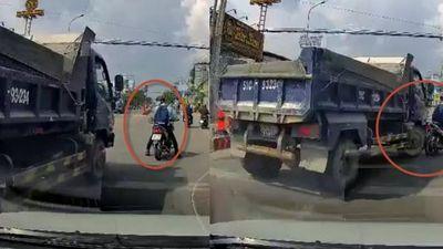 Clip thanh niên dừng xe máy cà khịa và cản đường ô tô tải, bị rượt chạy té khói ở TP.HCM