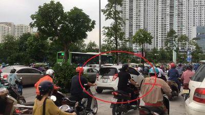 Ôtô leo lên vỉa hè để tránh tắc đường ở Hà Nội