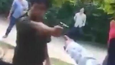 Xôn xao clip phó công an xã rút súng dọa bắn người dân khi xô xát
