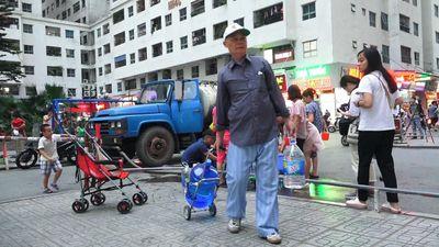 Dân Hà Nội mang xô, chậu xếp hàng lấy nước sạch như thời bao cấp