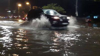 Đường Đà Nẵng thành sông sau mưa lớn, xe chết máy hàng loạt