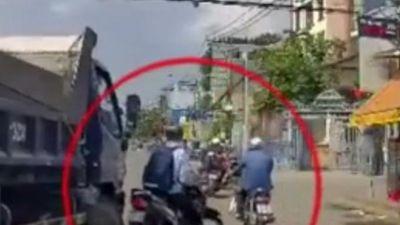 Tài xế xe tải đuổi ép xe máy khi đang chờ đèn đỏ khiến nhiều người bức xúc