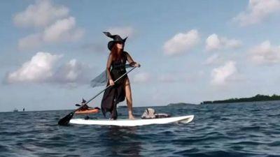 Các 'phù thủy' chèo thuyền trên biển Florida chào mừng trung thu
