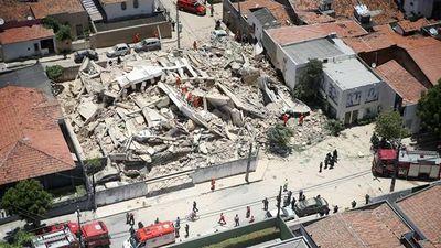 Khoảnh khắc tòa nhà Brazil đổ sập, vẫn còn nhiều người mắc kẹt