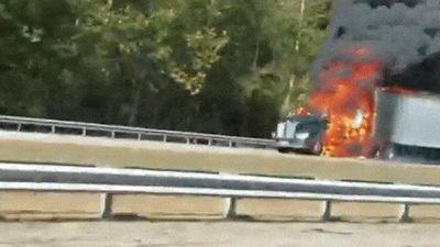 Xe container cháy lớn, khói đen nghi ngút gây ùn tắc giao thông