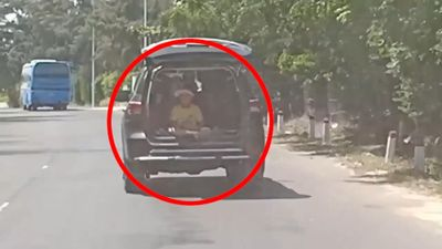 Ôtô vừa chạy trên đường vừa mở cốp bất chấp trẻ nhỏ ngồi phía sau