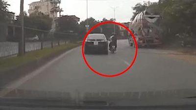 Va chạm với Toyota Altis, 2 người đi xe máy ngã nhào