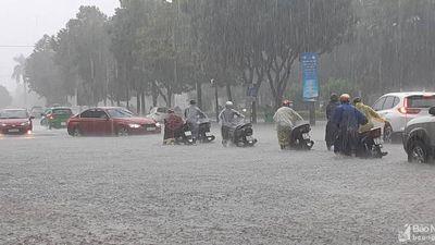 Thành Vinh lại ngập thành sông, người dân bì bõm lội trong mưa lớn