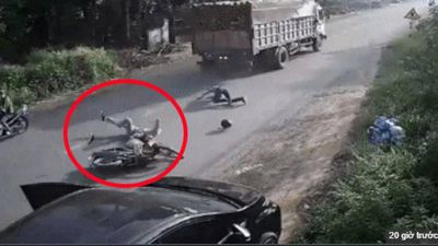 Tai nạn kinh hoàng do tài xế bất ngờ mở cửa ô tô