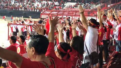 ĐT Việt Nam tri ân người hâm mộ sau khi đè bẹp ĐT Indonesia