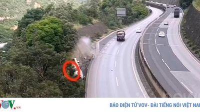 Video xe tải mất lái lao thẳng xuống vách núi cao 80m