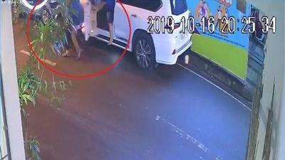 Trộm vặt gương ôtô gặp đúng lúc tài xế ngồi trong xe