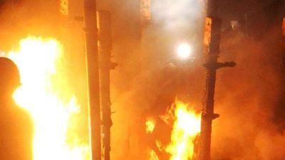 Đà Nẵng: Kéo con tàu cháy vào bờ để xe cứu hỏa dập lửa