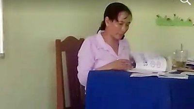 Cô giáo thanh minh không cố tình chấm bài xong quăng vở học sinh xuống đất