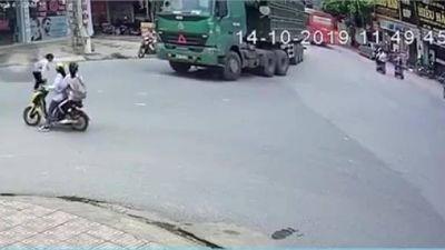 Nam sinh thoát chết thần kỳ sau khi bị cuốn vào gầm ô tô tải