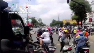 Hãi hùng xe tải ủn hàng loạt xe máy khi đang dừng chờ đèn đỏ