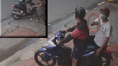 Clip đạo tặc lấy dao dọa cụ ông để đồng bọn trộm Air Blade ở quận Gò Vấp, TP.HCM