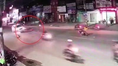Xe máy phóng tốc độ cao tông trực diện vào taxi khiến 3 người thương vong
