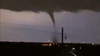 Bão lớn kèm lốc xoáy tàn phá Texas (Mỹ) trong đêm