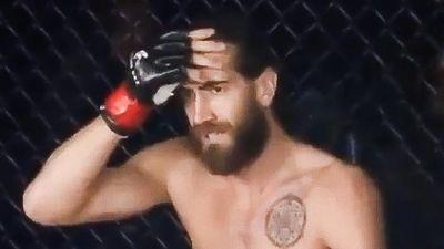 Võ sĩ MMA ôm đầu lo lắng sau cú lên gối hạ đo ván đối thủ