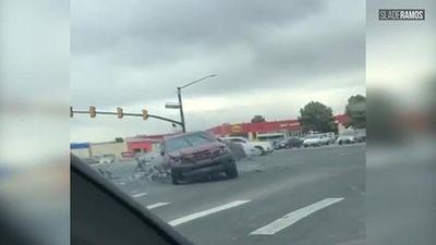 Chạy trốn cảnh sát, xe bán tải đâm hàng loạt ô tô giữa giao lộ