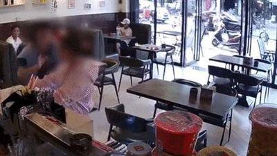 Cô gái bị đánh chỉ vì va phải túi xách của người phụ nữ