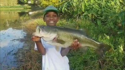 Cậu bé 10 tuổi câu được cá khủng trong công viên ở Florida
