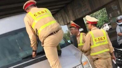 CSGT nhảy lên đầu ô tô, túm cần gạt nước vì tài xế không chịu dừng xe