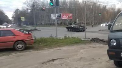 Xe chiến đấu bộ binh Nga vượt đèn đỏ đâm vào ô tô