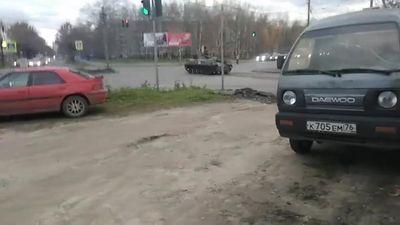 Xe bọc thép Nga phóng như bay, vượt đèn đỏ rồi đâm trúng xe hơi