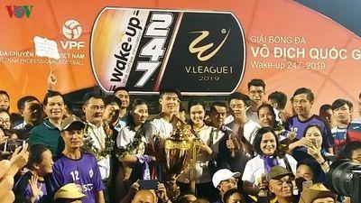 Duy Mạnh và bạn gái tươi như hoa bên cúp vàng V-League 2019