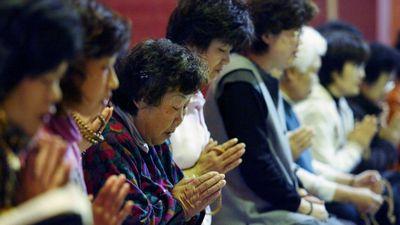 Phụ huynh Hàn Quốc lên chùa cầu may trước ngày con thi đại học