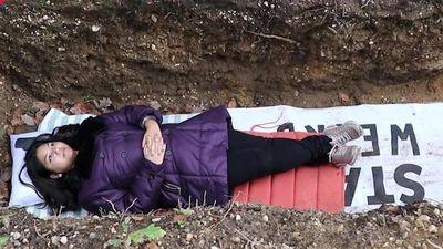 Trường ĐH Hà Lan cho sinh viên nằm dưới mộ để giải tỏa áp lực